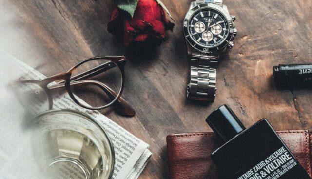男性用香水と時計