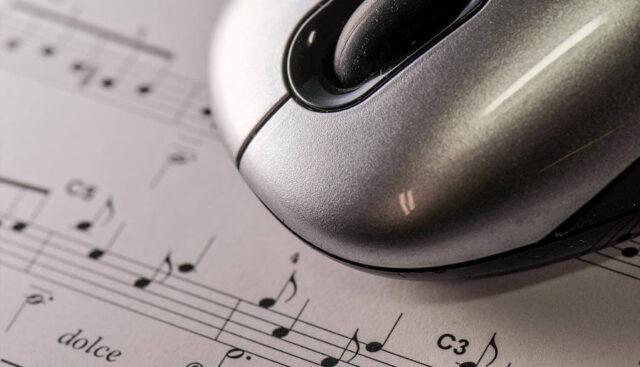 楽譜の上にマウス
