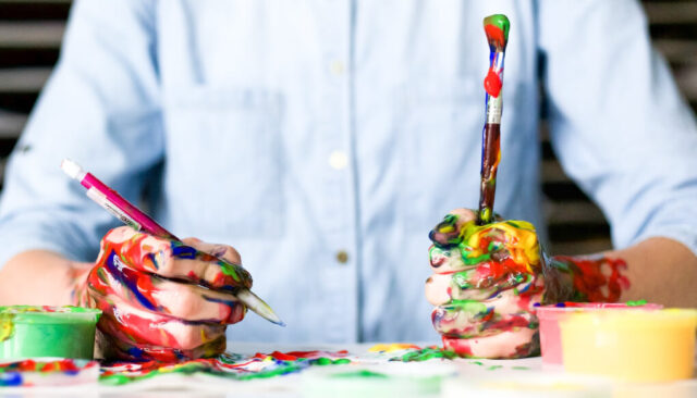 絵具を使って色を塗る
