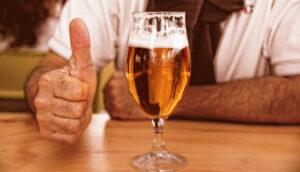 ビールと親指を立てる人
