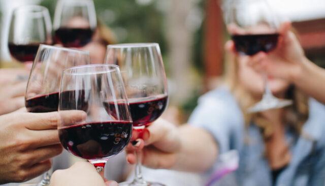 赤ワインで乾杯している