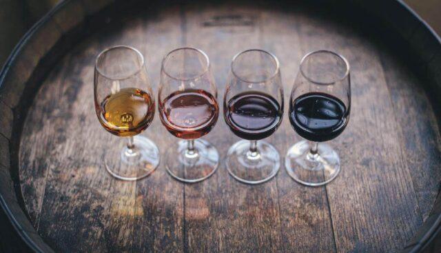 4種類のワインが並んでいる