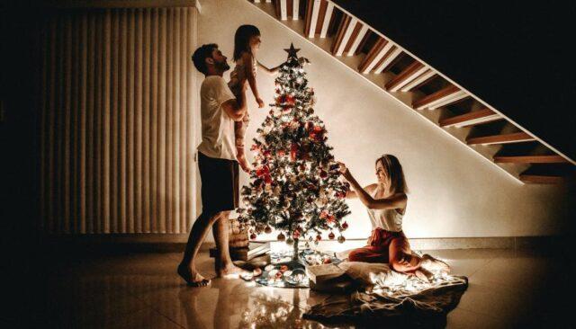 家族でクリスマスを祝う