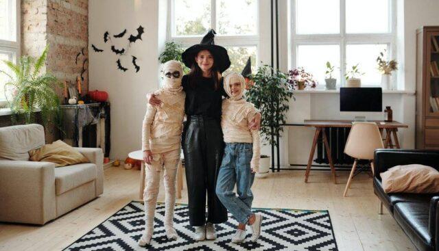 魔女とミイラの仮装をしている子供たち