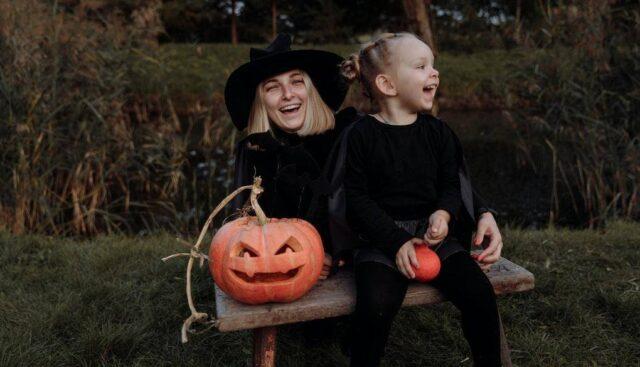 ハロウィンの仮装をして談笑している親子
