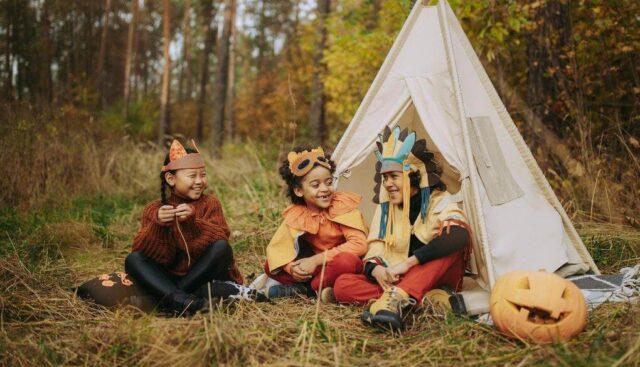 ハロウィンの仮装をして談笑している子供たち