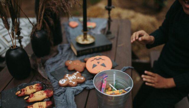 子供がハロウィンのお菓子作りをしている様子