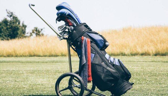 スタンド型のゴルフバッグ