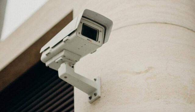 外壁に設置された防犯カメラ